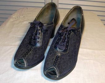 These vintage Evans 1940s navy heels have a fabric mesh upper in very good condition.  Wearable.  Peep toe.