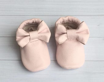 Baby moccassin shoes / soft sole shoes | baby gift / baby leather shoes / leather mocs with bow / girl mocs