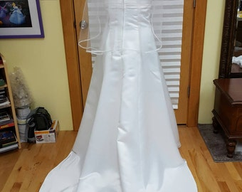 White elbow length veil with ribbon edge detail