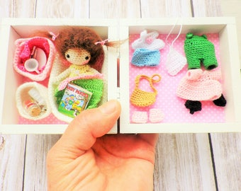 Box miniature doll, the small world of the small Loula, with required and accessories, crochet very very end, my creation and art collection