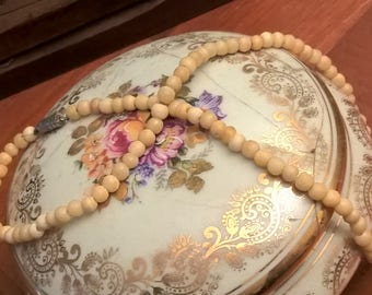 Small vintage cream colored Pearl Necklace