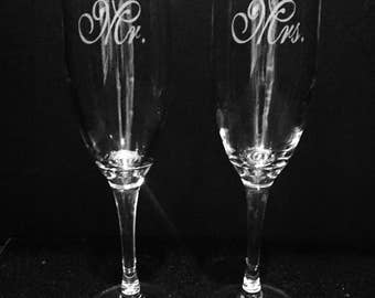 Traditional Mr. and Mrs. Champagne flute set ~ Etched champagne flutes ~ Mr.and Mrs. wedding glass set ~ Personalized toasting glasses