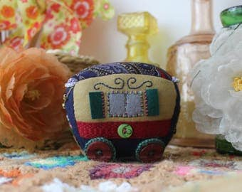 Small Bohemian trailer in embroidered felt (blue/bordeaux) / Small embroidered felt bohemian trailer (blue/burgundy)