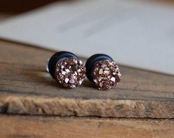 6g (4mm), 4g (5mm), 2g (6mm), 0g (8mm), 00g (10mm),12mm  Rose Gold Faux Druzy Rough Crystal Plugs for stretched earlobes. Druzy gauges.