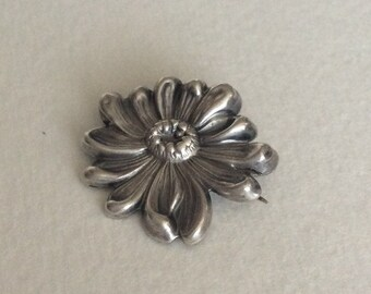Daisy sterling silver art nouveau pin
