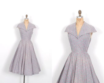 Vintage 1950s Dress / 50s Tiny Rose Print Floral Dress / Gray and Pink ( XS extra small )