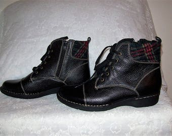 Vintage Ladies Black Lace Up Ankle Boots w/ Side Zipper by Clarks Size 9 Only 20 USD