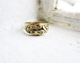 Antique Ring with Scrolls and Leaves in Silver Gold Plated Finish (US Ring Size 5.5)