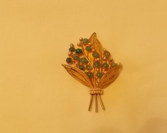 Lacey Gold tone, faux emerald/jade  and pearl brooch.  (353)