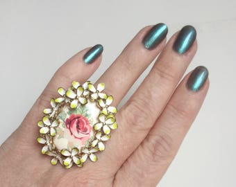 Daisy Chain Ring with Crown Wreath of White Flowers, Deep Pink Rose in Center - Gold Tone Band - Size 8 Vintage Floral Enamel Statement Ring