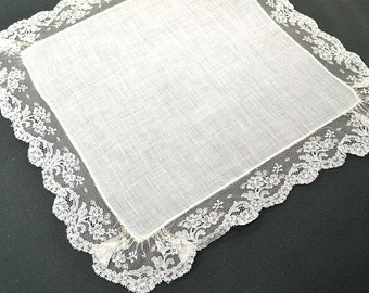 VINTAGE WEDDING HANKIE, Bridal Hankie, Wedding White Irish Linen, Scalloped Ruffled Lace Edge Excellent Vintage Condition