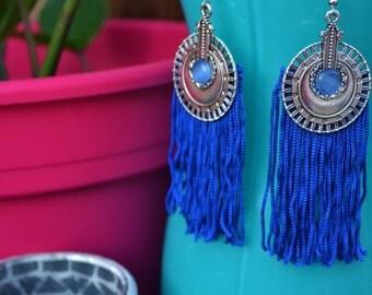 Boucles hippie chic, estampe ethnique et frange bleue électrique