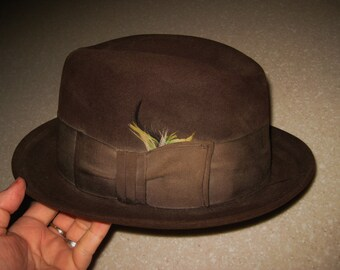 1950's Vintage Men's Dark Brown Towncraft Fedora Hat Wide band with feathers XXX Beaver SZ 7