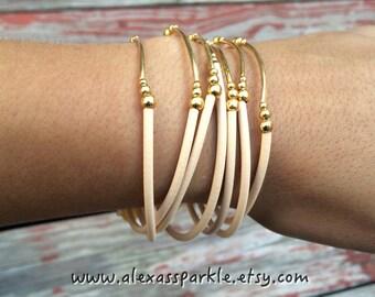Beige Bracelet Set with gold plated charms- Semanario pulseras de caucho color beige con dijes chapa de oro