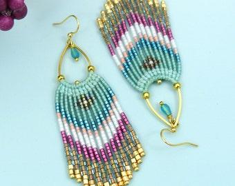 Longues boucles d'oreilles tissées style navajo amérindien bleu aqua rose fuchsia doré - Micro macramé et perles de rocailles miyuki delica