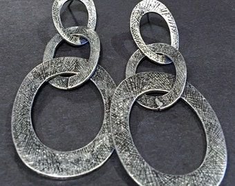 Vintage Etched Silver Tone Interlocked Graduated Ovals Dangle Post Earrings