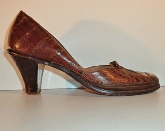 1940s alligator pin up pumps// WWII era mahogany brown hand sewn leather baby doll reptile heels// Vintage Shenanigans// Women's size 8 USA
