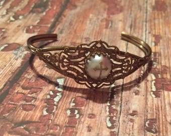 Beautiful antique style cuff bracelet with Pearl