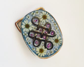 belt buckle of resin with real flowers