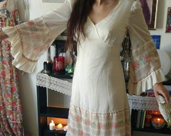 Vintage 1970 70s Gunne Sax style cream bell sleeve boho festival dress women's size medium ruffles floral hippie