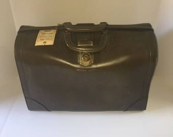 Schelle Leather Doctors or Lawyers bag.  Brand new, With Key. Vintage Circa 1950, Olive Green, Very Large Bag.