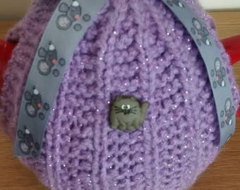 Hand-knitted cat+mouse tea cosy.