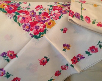 Vintage floral tablecloth with 3 napkins