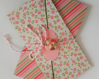 Map to flowers and stripes with button and bow: pink and green |