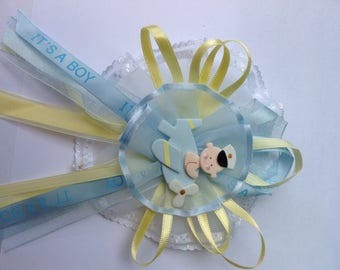 Baby shower corsage. Baby shower capias. Baby boy corsage. Its a boy corsage. Mom corsage. Baby showr corsage