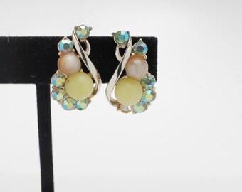 Silvertone earscrews with green beads