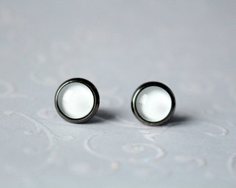 Earrings with cabochon gunmetall 8mm white