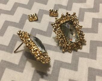 Gold frame earring