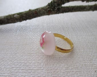 Adjustable ring with cabochon glass
