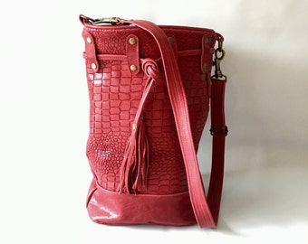 Leather bucket bag No. 018 in berry red