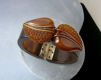 BAKELITE CArVed with BRaSS inset in 3d LEAves HINGED  ArT DECO BracELET