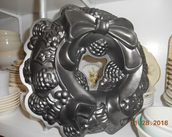 Christmas Wreath Bundt Cake Pan Nordic Ware Excellent Condition