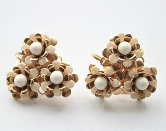 Vintage flower earrings. White flower earrings.  Clip on earrings