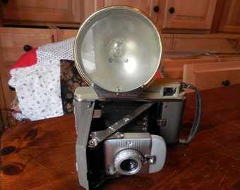 Vintage 1950s Poloroid Camera Model 80 Land Camera Retro Leather Handle with Light Decor Prop