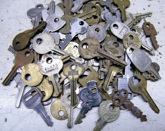 Vintage Lot of 85 Assorted Old  Keys Steampunk Jewelry