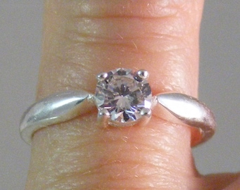 Vintage Cubic Zirconia Solitaire Ring in Sterling Silver.....  Lot 5043
