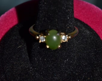 Vintage Avon ring with faux jade center, size 7
