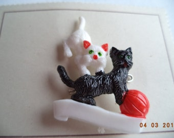 Vintage Unsigned Cute Cats playing with Ball Brooch/Pin   (Plastic) On Original Card