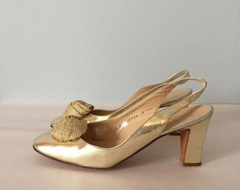 marie antoinette golden pumps || leather golden pumps || 1960s flower pom toe heels