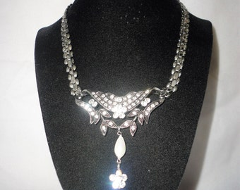 An Antiqued Rodhium Rhinestone Necklace Set*****