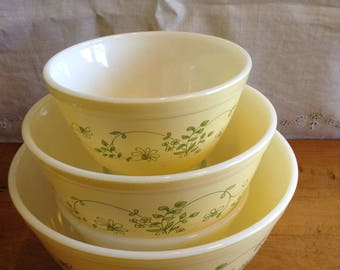 Wonderful Vintage Pyrex SHENANDOAH Pattern Set of Three (3) MIXING BOWLS. # 403, 402 and #401. 1981-86 Retired Pattern. Perfect for Spring!!