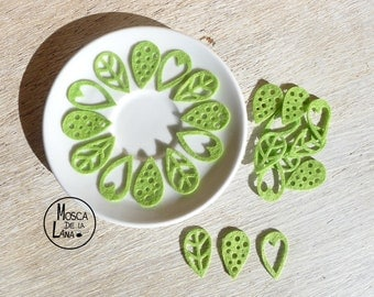 Green felt leaves to decorate scrapbook, sewing, crafts.  Set of 30 pieces.
