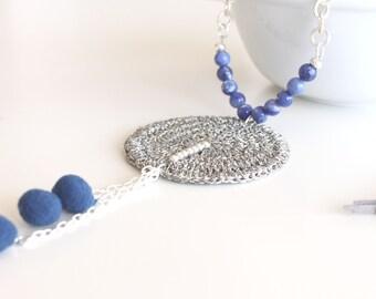 Collar azul con cuentas sodalitas y borlas