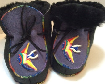Boots of fur in the sheep returned to mauve, black embroidery fish color, size 2 years