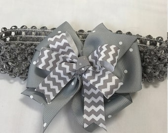 Gray and white elastic infant bow headband with double bow.