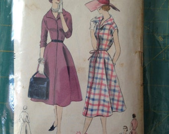 Vintage Vogue 8607 dress pattern size 18